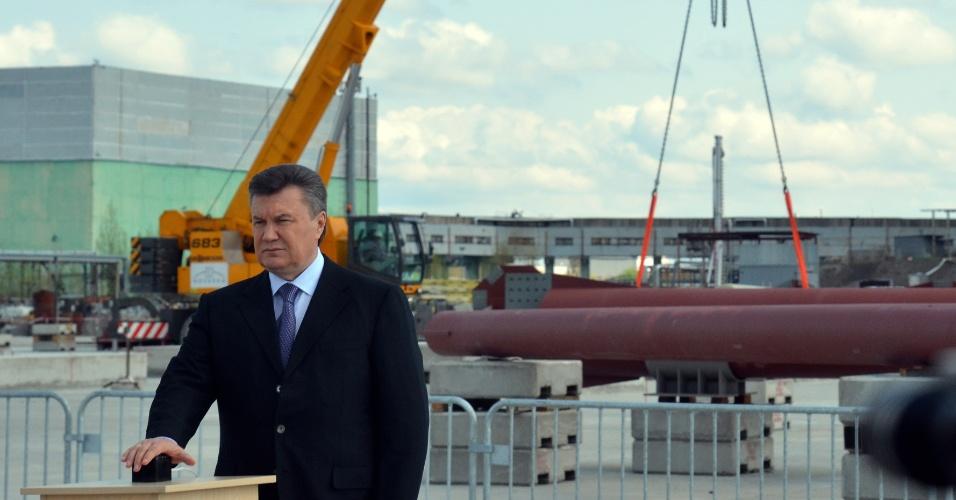 O presidente da Ucrânia, Viktor Yanukovych, discursa em frente às obras de construção de uma nova redoma de contenção de radiação em Tchernobi