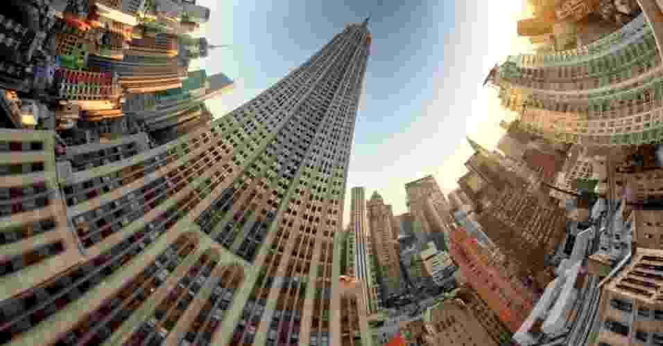 """Paisagens retorcidas com um toque de surrealismo são o tema do mais recente trabalho do fotógrafo americano Randy Scott Slavin. Acima, a imagem intitulada """"Empire State"""" - Randy Scott Slavin / Rex Features"""