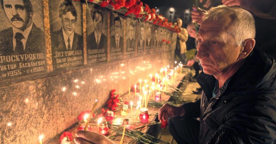 Pessoas participam de cerimônia realizada em Slavutych, na Ucrânia, em memória às vítimas da tragédia de Tchernobil