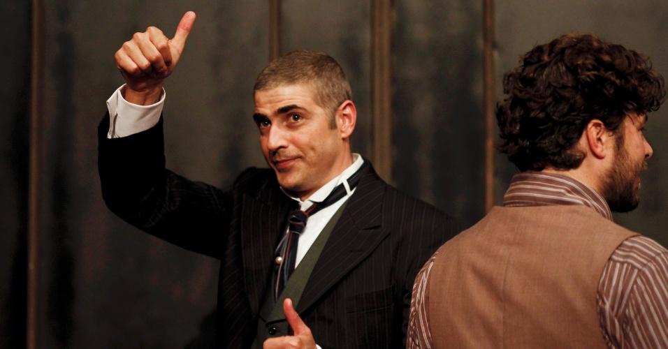 Reynaldo Gianecchini acena para público após apresentação da peça