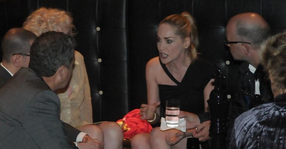 """Sharon Stone conversa com amigos, entre eles a cantora de punk rock, Debbie Harry (esq.), na festa de aniversário da revista """"Vogue"""" Brasil, na Casa Petra, no Ibirapuera em São Paulo (25/4/12)"""