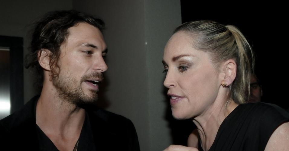 """Sharon Stone conversa com o modelo argentino Martin Mica na festa de aniversário da revista """"Vogue"""" Brasil, na Casa Petra, no Ibirapuera em São Paulo (25/4/12)"""