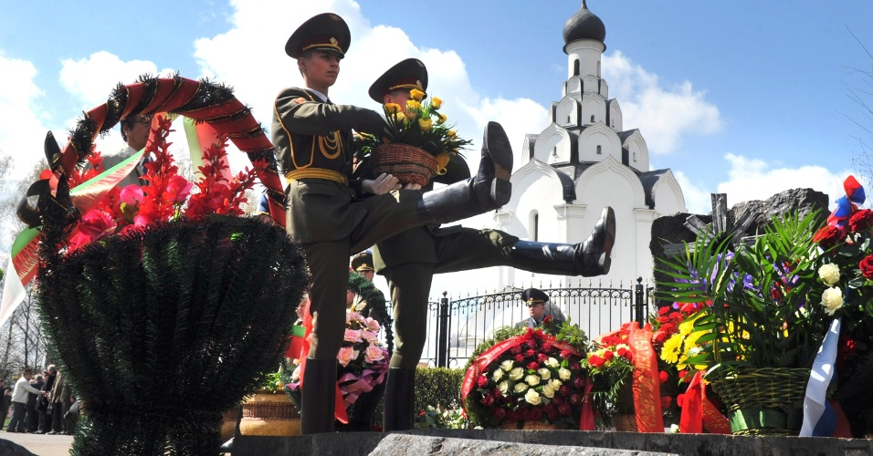Soldados bielorrusos participam de cerimônia em Minsk, capital de Belarus, em memória às vítimas da tragédia nuclear de Tchernobil