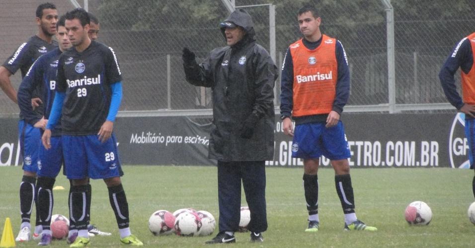 Técnico Vanderlei Luxemburgo durante treino do Grêmio no gramado suplementar do estádio Olímpico (26/04/2012)