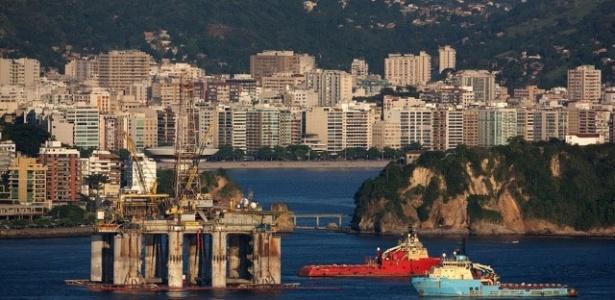 Vista da Baia de Guanabara no Rio de Janeiro, plataforma de petróleo e ao fundo a cidade