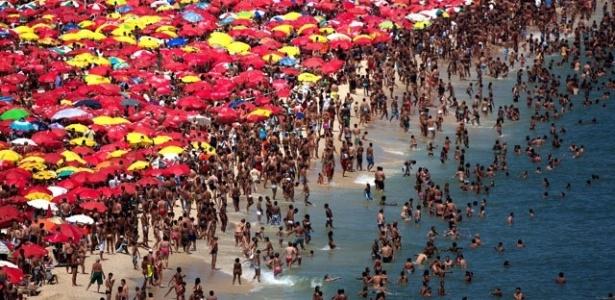 Vista da praia de Ipanema, num fim de semana ensolarado