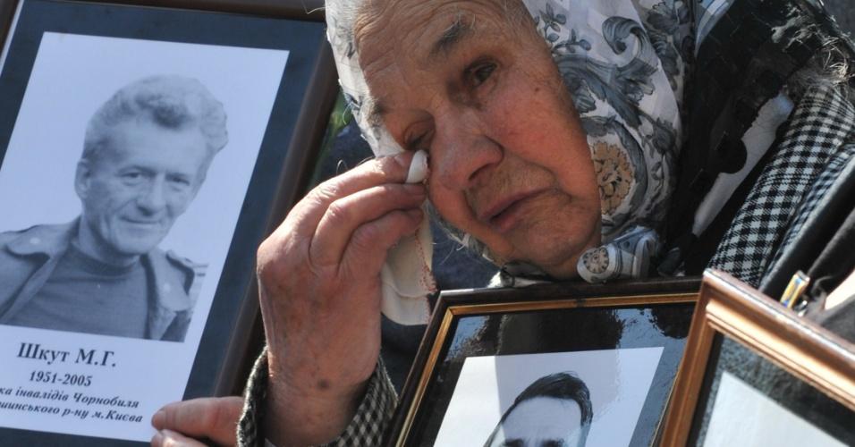 Viúva de uma das vítimas da tragédia de Tchernobil chora no dia em que o acidente nuclear completa 26 anos, em memorial em Kiev, na Ucrânia