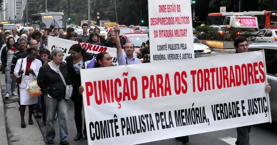 27. abr.2012- Ativistas e ex-perseguidos da ditadura militar  participam de manifestação em SP