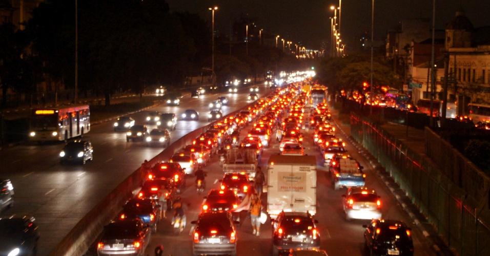 27. abr.2012- Avenida Tiradentes, sentido zona norte de São Paulo, apresenta trânsito carregado, nesta sexta-feira, devido ao feriado prolongado