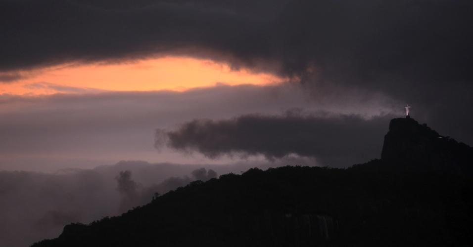 27.abr.2012 - Início da noite no centro do Rio de Janeiro com nuvens carregadas perto do Cristo Redentor