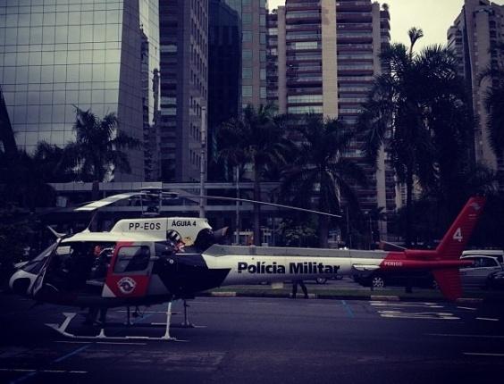 27.abr.2012 - Internautas flagraram o pouso de um helicóptero Águia, da Polícia Militar, na avenida Faria Lima, na zona oeste de São Paulo, usado para levar ao hospital uma vítima esfaqueada no Itaim Bibi