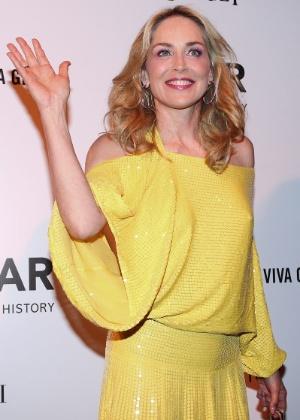 A atriz americana Sharon Stone posa para fotógrafos no baile de gala da amfAR, na casa de Dinho Diniz, no bairro dos Jardins, em São Paulo (26/04/12) - Manuela Scarpa/Photo Rio News