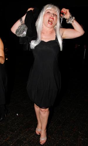 """A cantora de rock Debbie Harry faz caras e bocas no baile de gala da AmfAR The Foundation for AIDS, na casa de Dinho Diniz, no bairro dos Jardins, em São Paulo. A festa beneficiente teve como tema """"Black Tie/Hot Metal"""" e show da cantora jamaicana Grace Jones (26/4/12)"""
