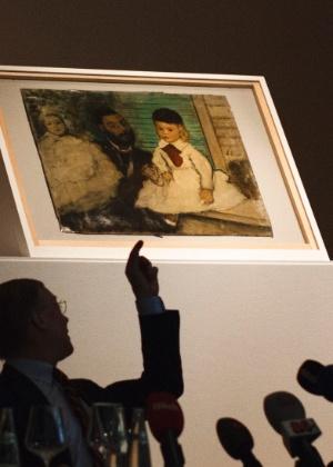 """Diretor da coleção Buehrle, Lukas Gloor, aponta para obra recuperada de Edgar Degas, """"Conde Lepic e suas Filhas"""" (27/4/12) - Reuters"""