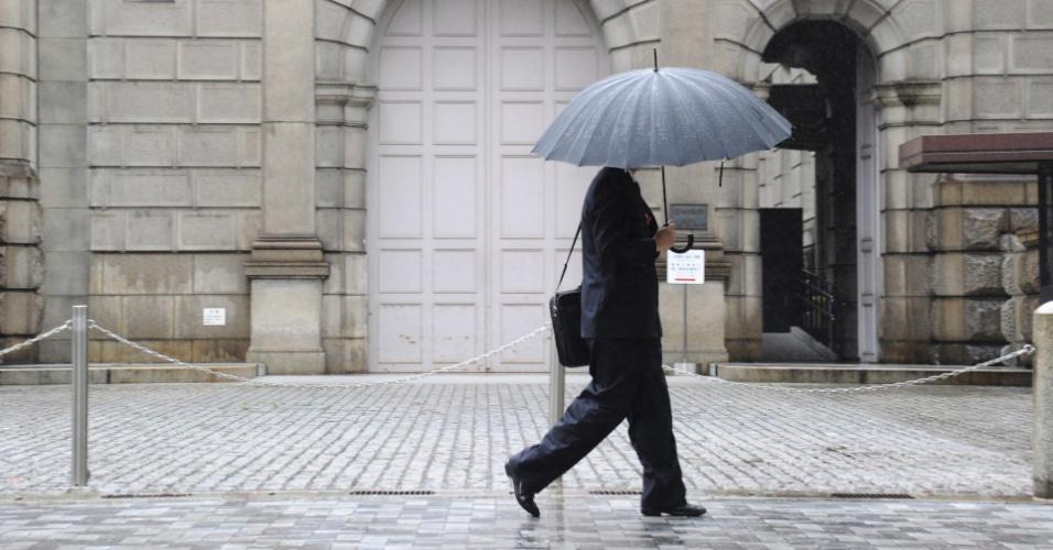 Empresário caminha próximo ao Banco Central do Japão (BOJ), em Tóquio