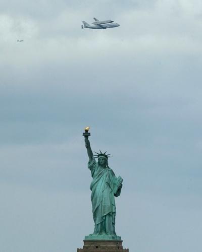 Enterprise sobrevoa Estátua da Liberdade