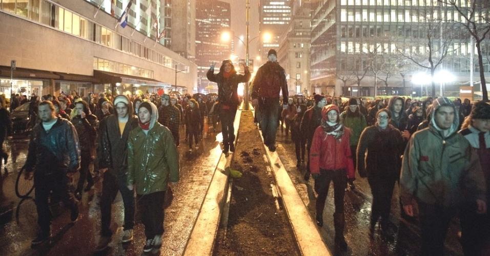 Estudantes protestam em Montreal (Canadá) contra os planos da província de Quebec de aumentar a mensalidade escolar. Nesta semana, após quase três meses de protestos, as manifestações evoluíram para violentos embates com a polícia; apesar disso, o governo se recusa a participar de reuniões com representantes do movimento estudantil