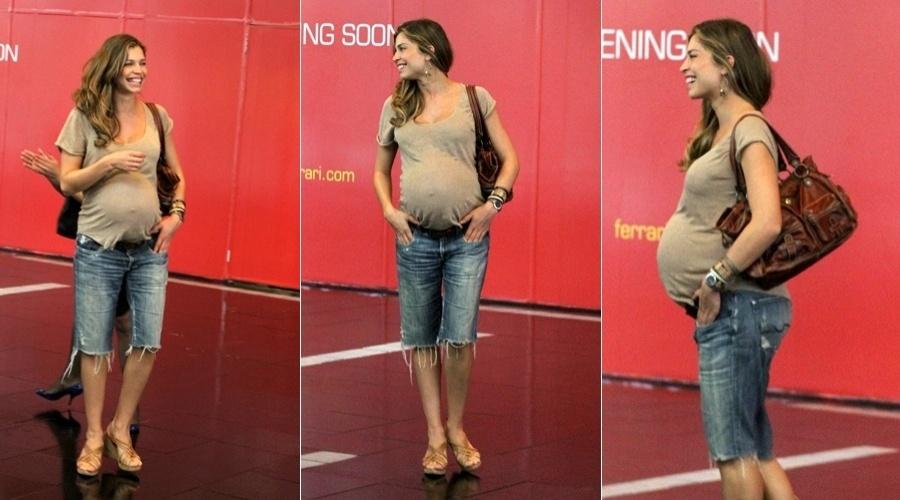 Grávida de nove meses, Grazi Massafera circula por shopping do Rio (27/4/12)