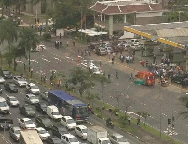 27.abr.2012- Foto enviada pela internauta Claudia Pritsopoulos Zanão mostra helicóptero pousando em pista da avenida Faria Lima, na zona oeste de São Paulo