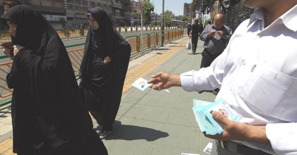 Homem distribui santinhos de campanha em frente à Universidade de Teerã, capital do Irã. O país realiza no dia 4 de maio eleições parlamentares