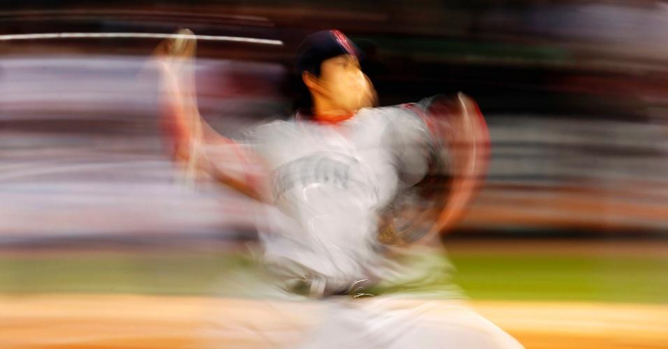 Jogador do Boston Red Sox Junichi Tazawa lança a bola contra o Chicago White Sox durante o jogo de baseball MLB em Chicago