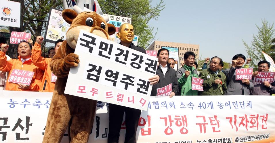 Membros de associações pecuaristas sul-coreanas protestam no centro de Gwaechon, na Coreia do Sul, para pedir interrupção imediata da importação de carne vinda dos Estados Unidos, devido ao surto da doença da vaca louca confirmado recentemente na Califórnia