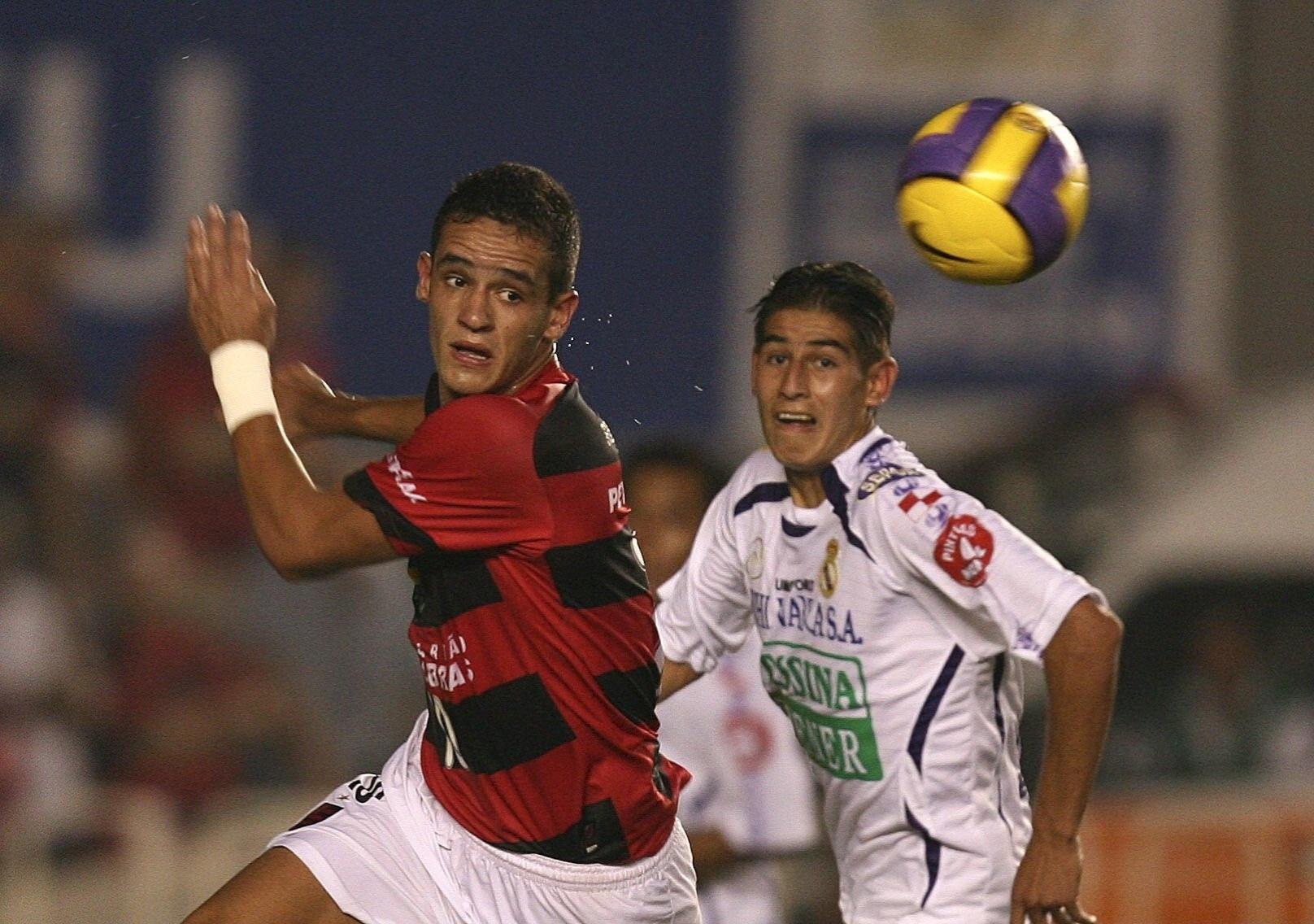 O meia Renato Augusto (à esquerda), do Flamengo, é marcado por Eguino durante a vitória por 1 a 0 sobre o Real Potosí, no estádio do Maracanã, no Rio de Janeiro, em 2007