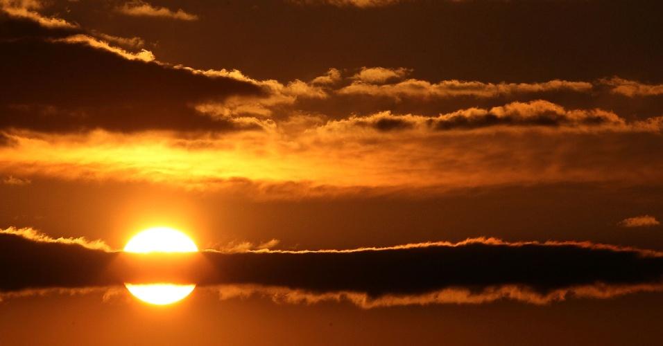 O sol nasce sobre o aeroporto Washington Dulles International, na Virgínia