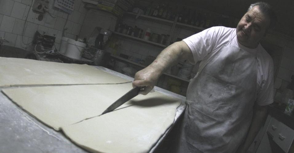 27.abr.2012- Padeiro Miquel Pujol prepara massa em sua padaria, fundada em 1565 em Palma de Mallorca, na Espanha