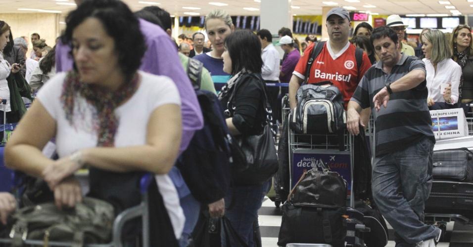 Passageiros enfrentam grandes filas no check- in do Aeroporto de Congonhas, zona sul da capital paulista, nesta véspera de feriado. Também houve atrasos em diversos voos na noite de quinta-feira (26), devido à forte chuva que atingiu a capital