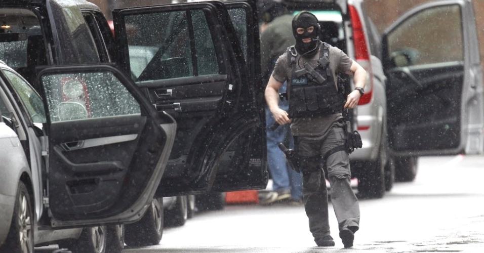 Policial caminha por área na região central de Londres nesta sexta-feira (27). A área foi isolada pela polícia após um homem invadir um edifício na região e jogar vários equipamentos pela janela. As autoridades já enviaram um negociador de reféns para conversar com o invasor