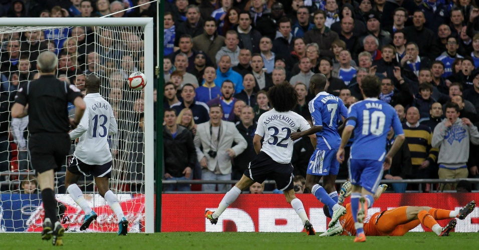 Ramires (7) chuta a bola rente à trave para marcar gol no Tottenham, em partida da semifinal da Copa da Inglaterra (15/04/2012)
