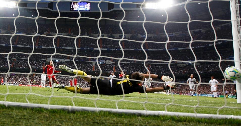Robben, do Bayern Munique, chuta pênalti no canto direito de Casillas, do Real Madrid, durante semifinal da Liga dos Campeões (25/04/2012)