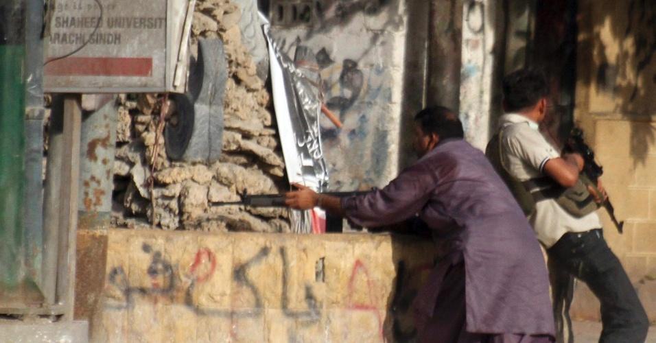 Soldados paramilitares à paisana se posicionam durante operação contra suspeitos em Lyari, no Paquistão