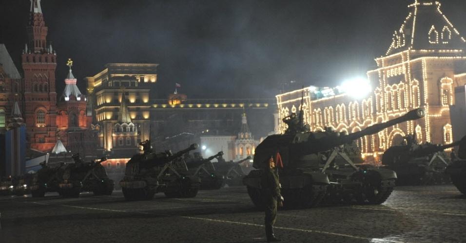 Tanques russos circulam pela Praça Vermelha em Moscou (Rússia), durante ensaio noturno para a parada do Dia da Vitória. A data, que será celebrada no dia 9 de maio, serve para os russos comemorarem a derrota da Alemanha nazista em 1945