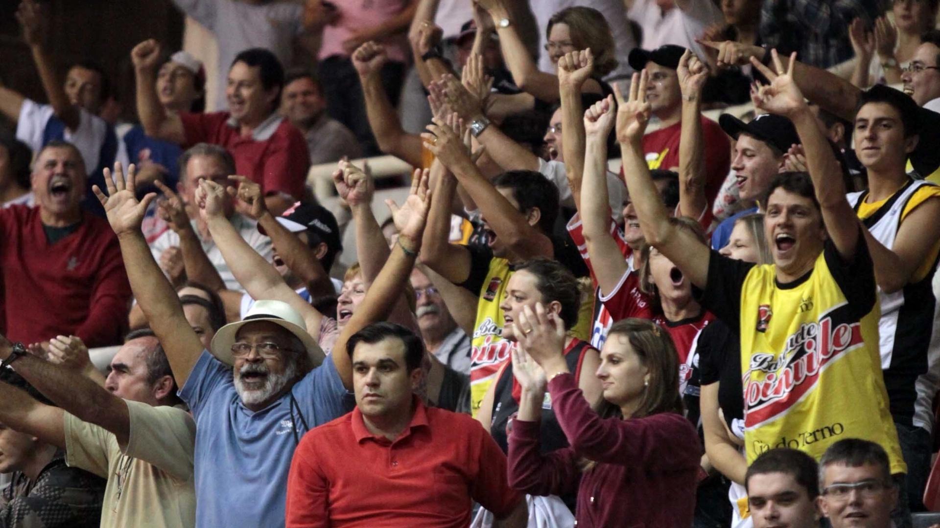 Torcida de Joinville faz festa durante a partida contra o Pinheiros