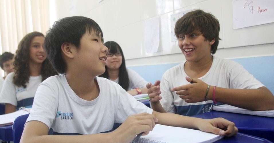 Apesar de não falar chinês, Tan Zhuoyue, ou Alex, já fez amigos na escola Bolívar e se comunica com gestos. Ele também ajuda o professor na aula de mandarim