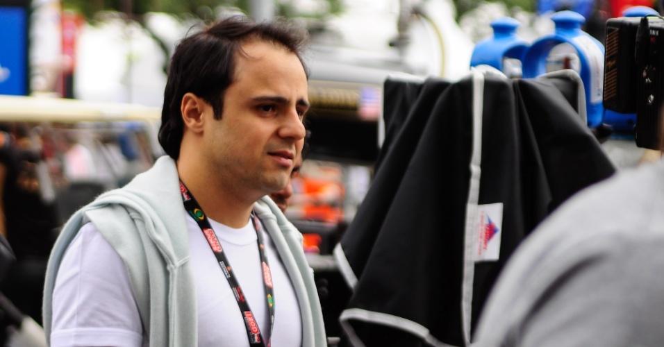 Felipe Massa, piloto da Ferrari, visitou os boxes do amigo Rubens Barrichello durante os treinos para a prova da F-Indy
