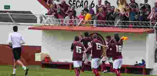 Jogadores do Juventus comemoram gol com a torcida na Rua Javari - Angelo Lorenzetti