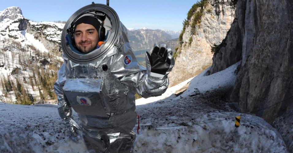 O cosmonauta Daniel Schildhammer testa o protótipo de um traje espacial nas cavernas de Dachstein, na Áustria. Até 1º de maio, serão feitos no local testes geofísicos e médicos para futuras missões a Marte