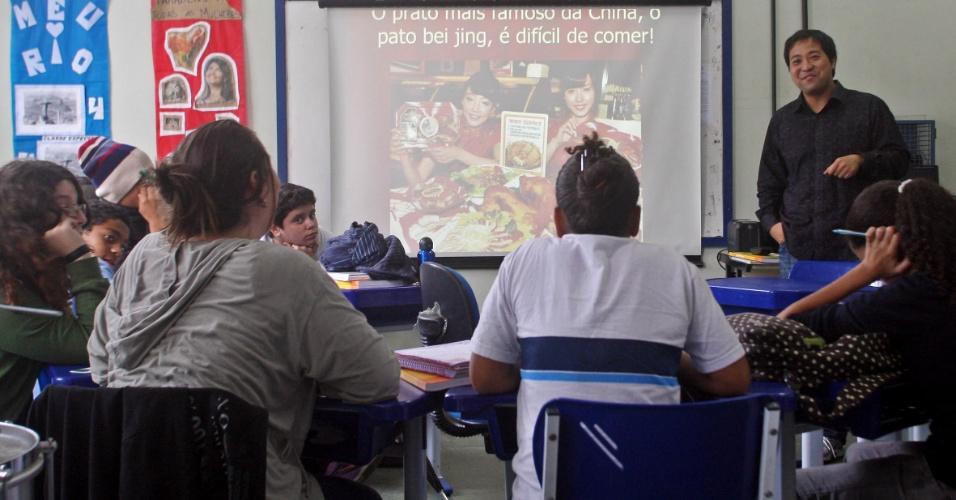 O professor Xu Lu dá aula na escola Rivadavia Correia; alunos da rede municipal do Rio de Janeiro aprendem mandarim como disciplina eletiva em programa de educação integral