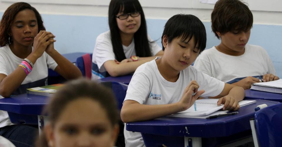 Os dois alunos chineses na escola Bolívar também participam das aulas do professor Xu Lu. Tan Yanyu ficou conhecida como Ana e Tan Zhuoyue, como Alex, os dois tem 11 anos e estudam o 7º ano
