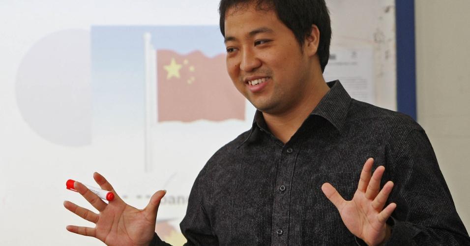 Alunos da rede municipal do Rio de Janeiro aprendem mandarim como disciplina eletiva em programa de educação integral. Para ensinar o mandarim, o professor Xu Lu começa pela oralidade e a assimilação da sonoridade