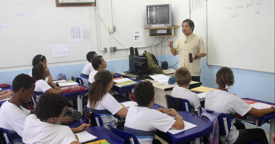 Professor Xu Lu mistura palavras em português e em inglês para ensinar o mandarim aos alunos da escola Bolívar, no Rio de Janeiro. ?Os estudantes são muito interessados porque eu também sou estrangeiro. Eu sempre converso com eles e me perguntam coisas muito boas?, disse Lu