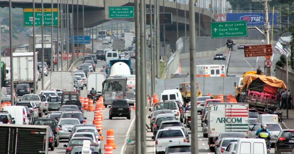 Trânsito na Marginal Tietê, zona Norte de São Paulo, interditada para o segundo treino livre da São Paulo Indy 300
