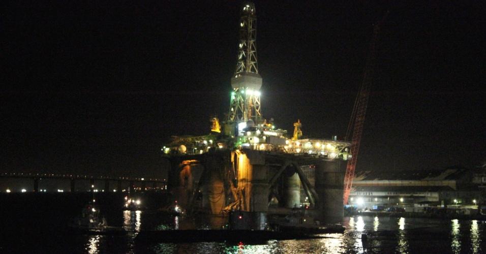 A plataforma de perfuração Artic 1, da empresa Transocean, começou a inclinar na Baia de Guanabara, no Rio de Janeiro, na noite de sábado (28). Funcionários precisaram abandonar a embarcação