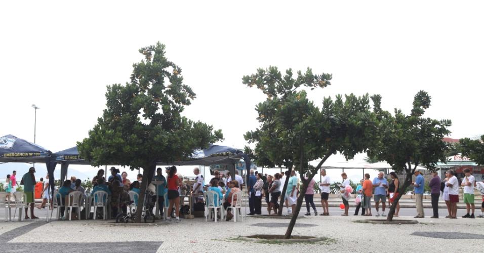 A população do Rio de Janeiro fez fila para receber atendimento médico neste domingo (29), em campanha de saúde na orla de Copacabana