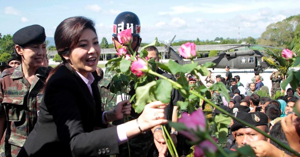 A primeira-ministra da Tailândia, Yingluck Shinawatra, recebe flores durante visita à província tailandesa de Pattani neste sábado (29)