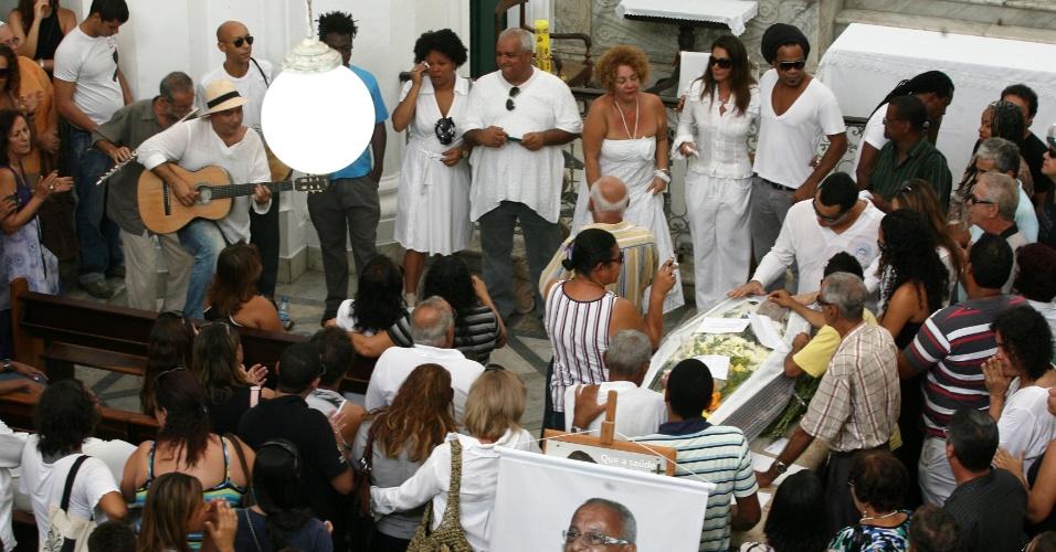 Amigos, familiares e fãs prestam homenagens no funeral do cantor e compositor Vevé Calazans, que morreu aos 64 anos no sábado (28), em Salvador