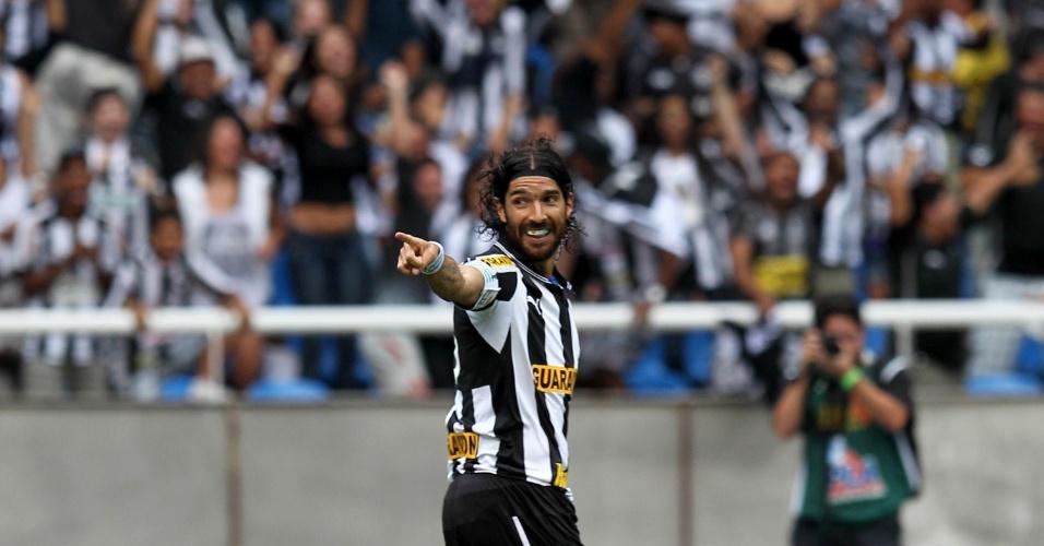 Atacante Loco Abreu comemora seu primeiro gol na partida entre Botafogo e Vasco, no estádio do Engenhão